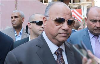 سيدة تستوقف محافظ القاهرة لطلب الحصول على وحدة سكنية
