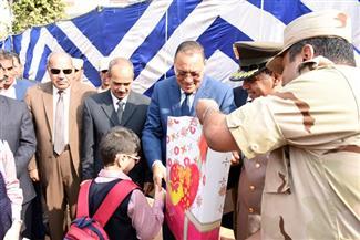 محافظ الشرقية يكرم أبناء شهداء الشرطة والقوات المسلحة في أول أيام الدراسة |صور