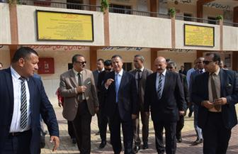 محافظ بني سويف يحضر طابور الصباح ويتفقد عددا من المدارس   صور
