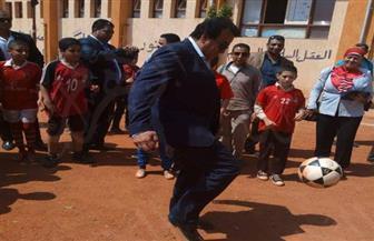 أظهر براعة كروية.. وزير التعليم العالي يستعرض مهاراته مع تلاميذ مدرسة ابتدائية بأسيوط |صور