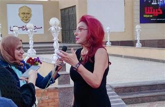 """محمد صبحي يداعب نبيلة عبيد ووائل الإبراشي خلال عرض مسرحيته """"خيبتنا"""""""