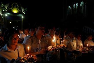 كمبوديا تحيي ذكرى ضحايا الخمير الحمر برش  الأرز على الأرض وإطعام الموتى