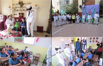 قيادات وضباط الشرطة يرافقون أبناء الشهداء مع بدء العام الدارسي | فيديو وصور