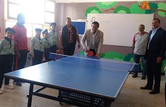 وزير التعليم العالي يشارك طلاب مدرسة الشروق بسوهاج لعبة تنس الطاولة | فيديو وصور