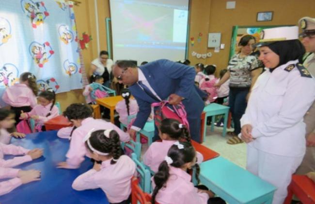 ماذا كتبت وزارة الداخلية على مسلتزمات المدرسة التي وزعتها على التلاميذ؟   صور