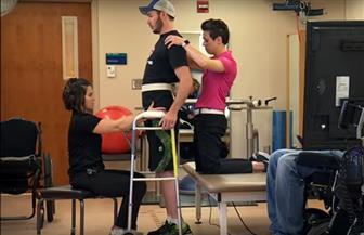 أمريكي يعاني من شلل نصفي يستعيد القدرة على المشي بفضل التكنولوجيا