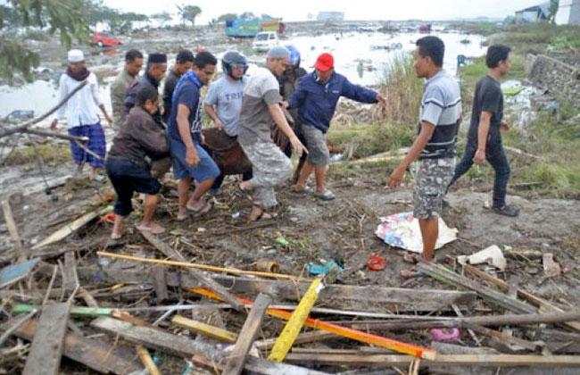 ارتفاع عدد ضحايا زلزال وتسونامي إندونسيا إلى  أشخاص وتشريد  آلاف آخرين