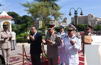 محافظ الإسكندرية يضع إكليل الزهور على النصب التذكاري للشهداء بمناسبة احتفالات أكتوبر| صور