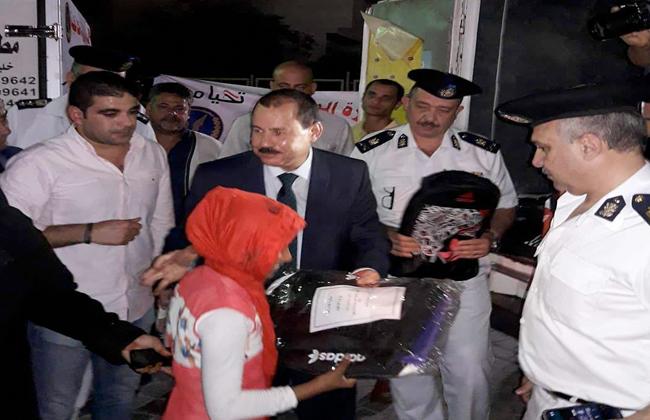 مدير أمن جنوب سيناء يوزع شنط مدرسية على أهالي شرم الشيخ  صور -