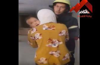 قوات الشرطة تنقذ طفلا رضيعا ترك بمفرده داخل إحدى الشقق | فيديو