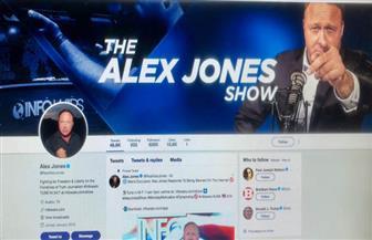 تويتر يحظر حسابين للمذيع الأمريكي اليميني المتطرف أليكس جونز