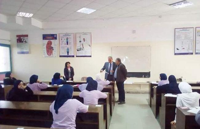 وكيل وزارة الصحة بالبحر الأحمر يتفقد لجان امتحانات مدرسة التمريض بالغردقة   صور -