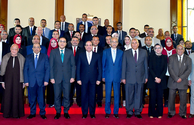 تفاصيل لقاء الرئيس السيسي مع محافظ الوادي الجديد والقيادات التنفيذية والشعبية بالمحافظة   صور -