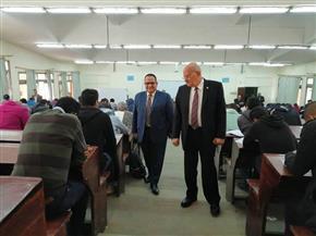 رئيس جامعة الزقازيق يتفقد سير أعمال الامتحانات بكلية الصيدلة
