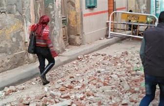 انهيار أجزاء من عقار قديم وسط الإسكندرية بسبب الطقس السيئ | صور
