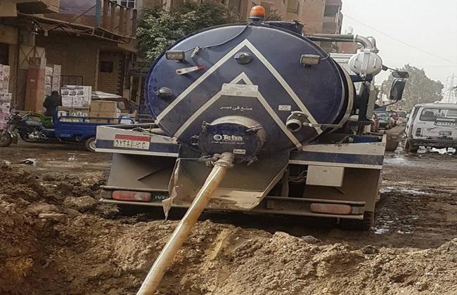شركة مياه الجيزة تقوم بإصلاح خط 600 مم في أبو النمرس   صور -