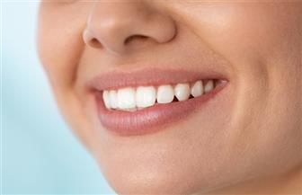 مشكلة شائعة جدا وحلها بسيط.. ماذا تعرف عن الابتسامة اللثوية؟