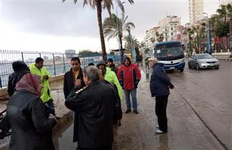 إصلاح هبوط أرضي بكورنيش الإسكندرية بسبب ارتفاع الأمواج | صور