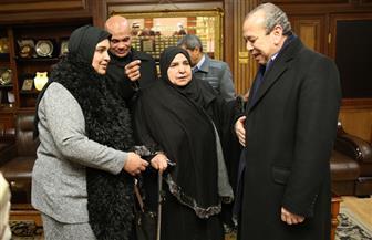 """محافظ كفر الشيخ يكرم الأم المثالية """"بسيطة مختار"""" ويمنحها درع المحاربين القدماء   صور"""