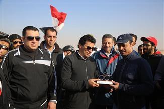 وزير الرياضة يقود ماراثون الدراجات للشباب العربي في سفح الأهرامات| صور