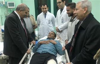رئيس جامعة الأزهر يطمئن على طالب أصيب فى حادث سير بطريق النصر صور