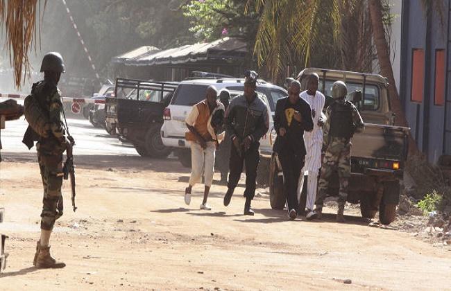 مقتل 21 عسكريا في الهجوم على ثكنة للجيش في وسط مالي -