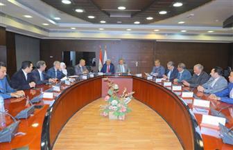 وزير النقل ومحافظ أسوان يبحثان تطوير الطريق الصحراوي الغربي   صور