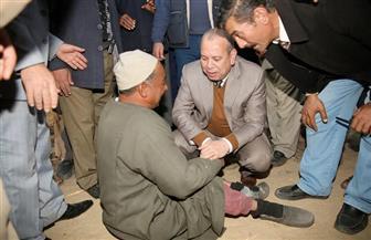 محافظ كفر الشيخ يقدم كرسي طبي متحرك لمواطن ويكلف برعايته اجتماعيا وصحيا