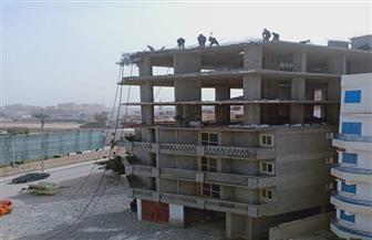 محافظ مطروح: إزالة أدوار مخالفة بعقار جديد بكورنيش مرسى مطروح | صور