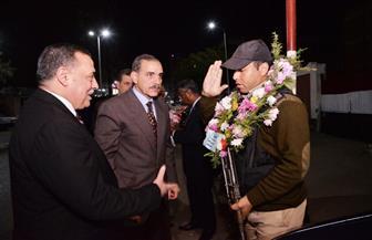 محافظ أسيوط يوزع ورود على قوات الشرطة والجيش بالتمركزات الأمنية  صور