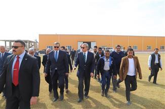 وزير القوى العاملة يطمئن على العاملين بمصنع الطاقة والألواح الشمسية في قفط |صور