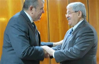 رئيس الوزراء الجزائري يستقبل السفير المصري.. ويناقشان العلاقات الثنائية | صور