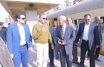 وزير النقل يستقل جرار قطار رقم 417 .. ويلتقي ركاب القطار في المسافة من الجبل الأصفر وحتى أبو زعبل | صور