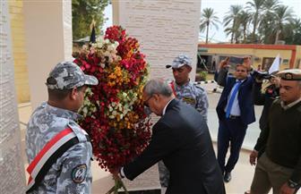 محافظ قنا يضع إكليلا من الزهور أمام النصب التذكاري للشهداء | صور