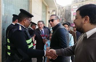 المصريين الأحرار بشبرا وروض الفرج يوزع الورد على الضباط والمجندين بالشارع | صور