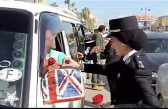 ضباط الشرطة بكفرالشيخ يوزعون الحلوى والورود على المواطنين بالشوارع | صور