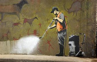 فنان الشارع البريطاني بانكسي يؤكد أنه صاحب لوحة فتاة الهولاهوب