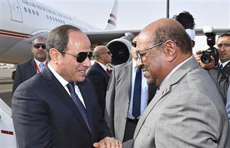 الرئيس السيسي يستقبل البشير لدى وصوله مطار القاهرة