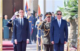 موكب الرئيس الفرنسي ماكرون يتوجه إلى قصر الاتحادية لعقد قمة مع الرئيس السيسي