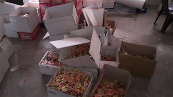 ضبط 6 أطنان حلويات أطفال من منتجات منتهية الصلاحية داخل مصنع بالغربية