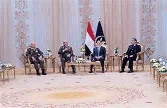 وزير الداخلية يستقبل وفدا عسكريا يترأسه وزير الدفاع ورئيس الأركان للتهنئة بعيد الشرطة