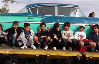 السائحون العرب والأطفال ينضمون لصور سيارة الري الأثرية التذكارية بجوار رمز الصداقة | صور