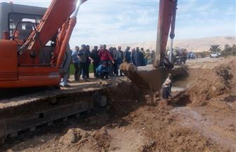 هبوط أرضي بمنطقة حاجر الرياينة بالأقصر بسبب كسر مفاجئ لخط الطرد الرئيسي للصرف الصحي | صور