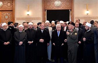 """الرئيس السيسي يستمع إلى شرح رئيس """"الهيئة الهندسية"""" حول مسجد الفتاح العليم"""