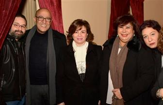 وزيرة الثقافة وإلهام وهالة يقدمون التهاني لأشرف عبدالباقي على مسرحيته الجديدة   صور