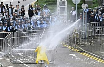 شرطة هونج كونج تستخدم خراطيم المياه باتجاه المتظاهرين أمام مقر الحكومة