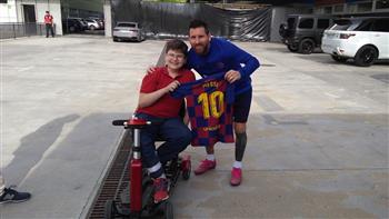ميسي يستضيف طفلا مصابا بمرض نادر في برشلونة