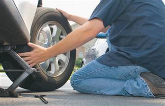 استوقف سيارته لتغيير إطارها فصدمته سيارة مواد بترولية على الطريق السريع بالمراشدة