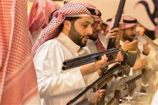 تركي آل الشيخ يشارك الحضور في معرض الأسلحة والصقور ضمن موسم الرياض الترفيهي |صور