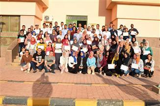 تكريم 160 طالبا لاجتيازهم دورات مركز التطوير المهني بجامعة سوهاج | صور